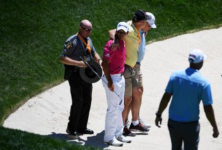 Caddy Snaps His Ankle In Oakmont Bunker!!!