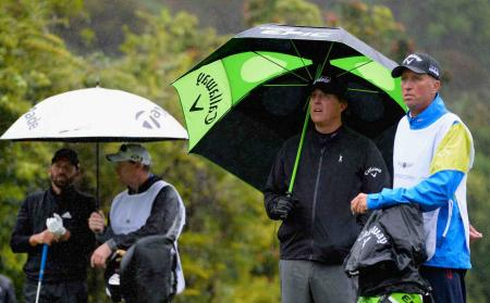 Phil Mickelson's caddy Bones hit by Mexican trots