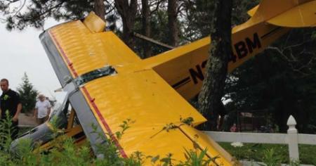 Plane crashes on golf course