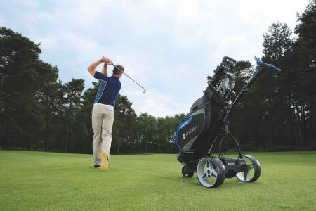 Golfers connect with world's first smart cart