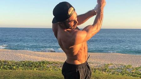 Zac Efron hits the golf links